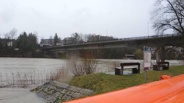 Hochwasserschutz: «Beaver»-Schläuche an Rhein und Aare aufgebaut