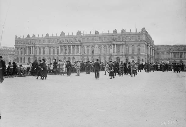 Menschenmenge vor dem Versailler Palast während den Verhandlungen 1919.