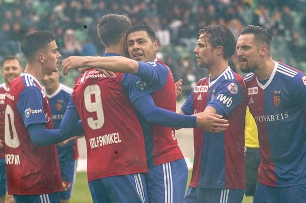 Zur Pause führen die Basler noch immer, das freut die ganze Mannschaft.
