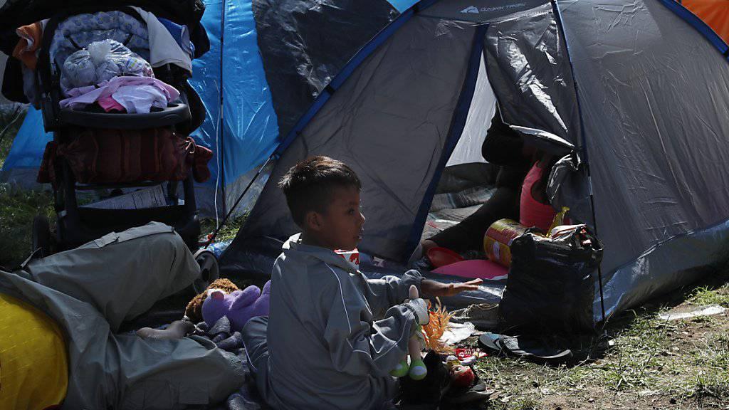 Tausende erschöpfte Migranten aus Guatemala, Honduras und El Salvador haben in Mexiko um Asyl gebeten. Es ist noch unklar, wie viele der Migranten weiter in Richtung USA laufen wollen . (Foto: Marco Ugarte/AP)