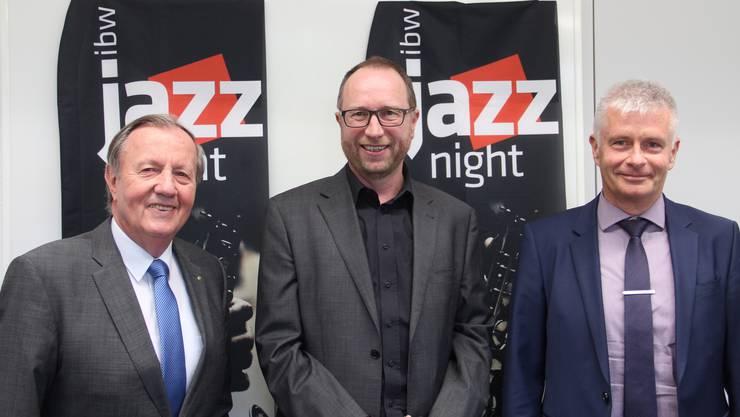VR-Präsident Hanspeter Weisshaupt, Jazz-Night-Organisator Beat Koch und CEO Peter Lehmann (von links) präsentieren die 4. ibw Jazz Night.