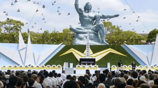 Tauben über dem Mahnmal des Atombombenabwurfs in Nagasaki