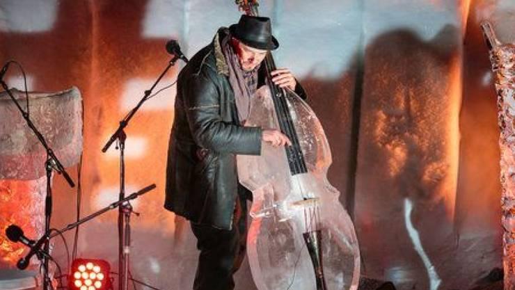 Ein Bassist entlockt am 13. Ice Music Festival im norwegischen Bergdorf Finse seinem selbstgebastelten Eis-Instrument zartschmelzende Klänge. (Pressebild)
