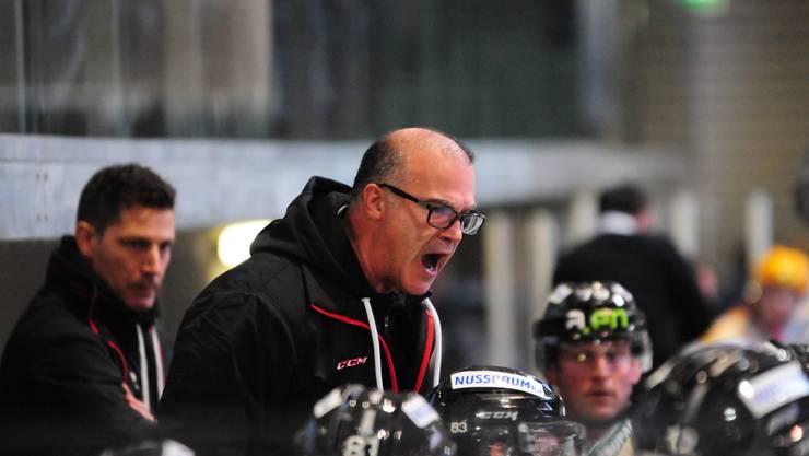 Voller Einsatz: Trainer Maurizio Mansi (r.) macht neben dem Eis vor, was er von seinen Spielern auf dem Eis erwartet