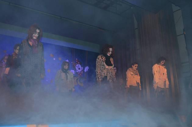 Gruslig, die Zombies tauchen aus dem Nebel auf