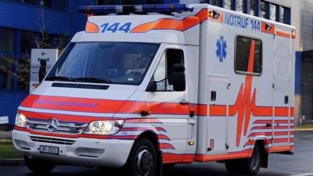 Ein Toyota kollidiert mit einer Ambulanz. (Symbolbild)
