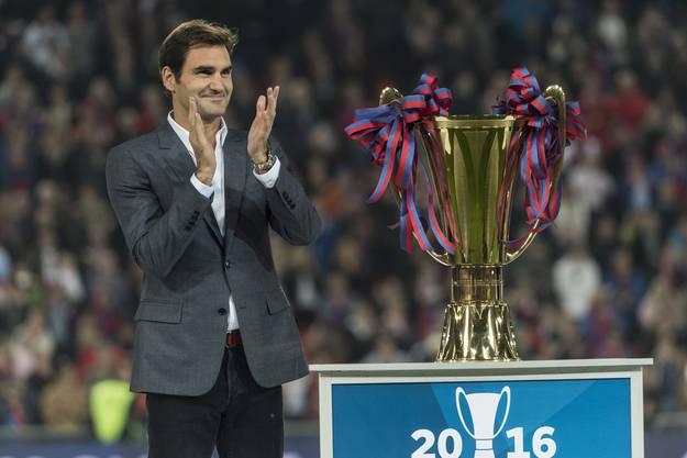 Gelungene Überraschung: Tennisstar und FCB-Fan überreicht den Spielern die neue Trophäe