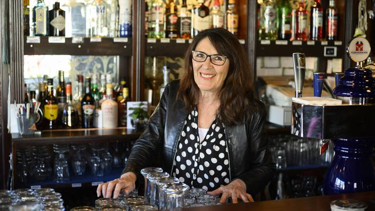 Laura Spycher (64) in ihrem Pub in Brugg. Ob Barfrau, Paella-Köchin oder Sängerin: Ihr Akku scheint nie auszugehen.