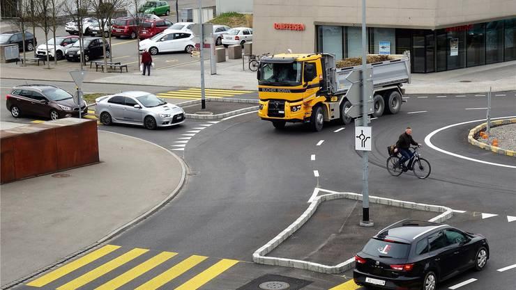 Der Turbokreisel hält den motorisierten Verkehr flüssiger, allerdings führen auch eine kantonale und kommunale Radroute darüber. Eddy Schambron