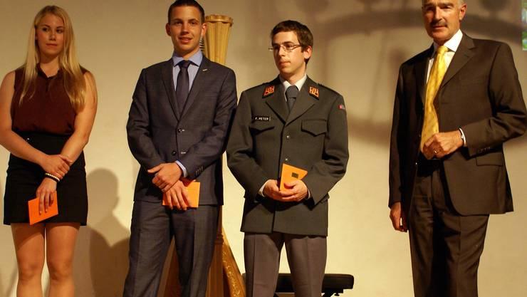 Die drei besten Absolventen Nadja Chiapparelli, Deflorin Marin und Fabian Peter mit Rektor Ruedi Suter. rpa