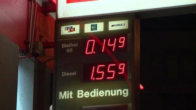 Nur hier ists noch billiger: An einer Tankstelle in Wollishofen (ZH) kostete der Liter Benzin am Donnerstag für kurze Zeit statt 1.50 Franken läppische 15 Rappen. Als eine Kundin sogar Pet-Falschen füllen will, wirds dem Tankstellen-Besitzer zu viel.