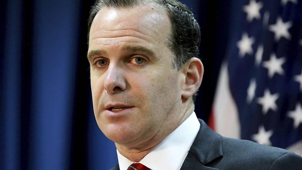 Brett McGurk legt sein Amt per Ende Jahr nieder. Aus Regierungskreisen verlautete, er sei gegen die Entscheidung von Präsident Trump gewesen, die US-Truppen aus Syrien abzuziehen, die dort den Kampf gegen die Terrormiliz Islamischer Staat (IS) unterstützten.