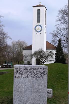 Der frisch restaurierte Zwinglistein vor der reformierten Kirche