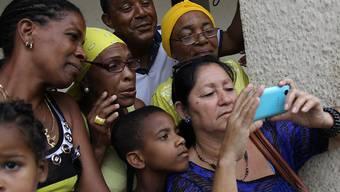 Kubaner sollen von Donnerstag an dauerhaft das mobile Internet auf ihren Smartphones nutzen können. (Archivbild)