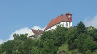 Die Staufbergkirche thront hoch über der Gemeinde Staufen.