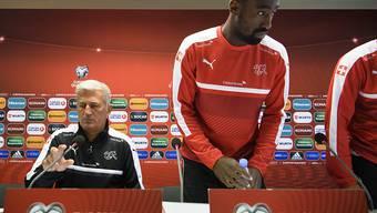 Hat das Vertrauen von Nationalcoach Vladimir Petkovic (li.): Verteidiger Johan Djourou