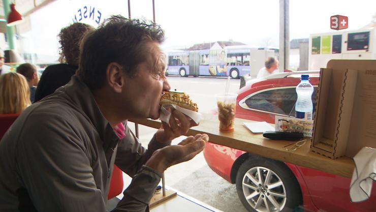 Restauranttester Daniel Bumann probiert einen Hotdog im Untersiggenthaler «Jensen's Food Lab»