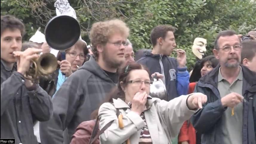 Pfeifkonzert: Unzählige Anwohner und Gegner von Scientology demonstrierten am Samstag gegen die Eröffnung einer sogenannten Ideal Org.