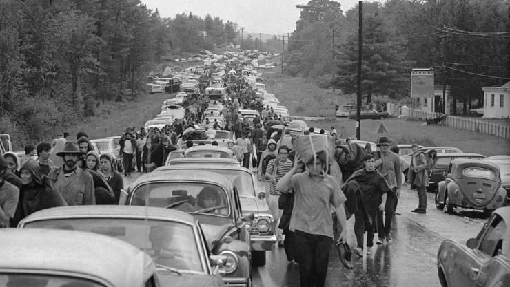 <p>Kein Durchkommen mehr. Rock-Fans gingen zu Fuss zum Woodstock.</p>