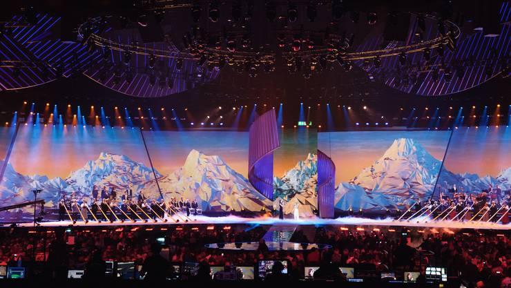 Die Panoramasicht auf die Bühne mit den 24 Alphörnern und Helene Fischer und Melanie Oesch in der Mitte.