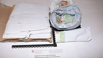 Im Gepäck von zwei Männern aus Gambia entdeckten die Zollbeamten unter anderem rund 431'000 Euro, aufgeteilt in Couverts.
