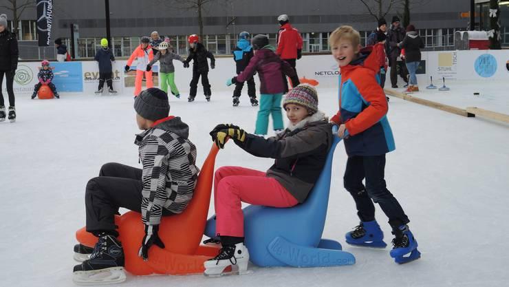 Das Eisfeld auf dem Campus der Fachhochschule Nordwestschweiz in Brugg-Windisch wird rege besucht.