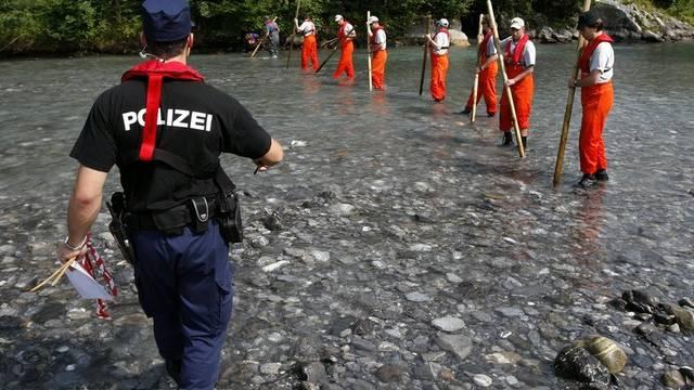 Die Polizei und die Feuerwehr suchen Ende Juli 2009 in der Engelberger Aa bei Stans Oberdorf nach den vermissten Kindern (Archiv)