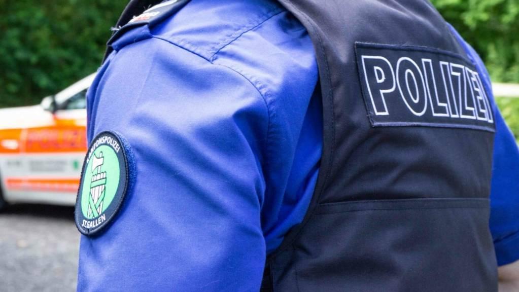 Die Kantonspolizei St. Gallen sucht Zeugen des Angriffs von Ende August auf einen 45-jährigen Mann. (Symbolbild)