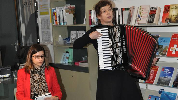 SRF-3-Moderatorin Tanja Kummer und Akkordeonistin Charlotte Widmer hier bei einer ersten Lesung in Wohlen im letzten November.