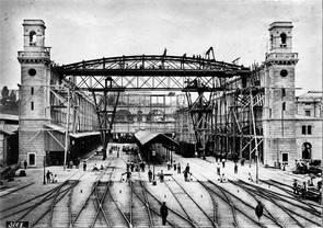 Im Jahr 1867 befindet sich die Wanner-Halle im Bau: Am Standort des ersten Zürcher Bahnhofs entsteht wegen der Verkehrszunahme ein grosser, repräsentativer Bau.
