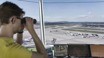 Der Lotse hatte im März 2011 zwei Swiss-Maschinen mit insgesamt über 250 Menschen an Bord kurz nacheinander die Start-Erlaubnis erteilt, allerdings auf sich kreuzenden Pisten. (Symbolbild)