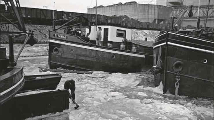 Im Februar 1954 war das Hafenbecken gefroren.Staatsarchiv Basel-Stadt, BSL 1013 1-530 1