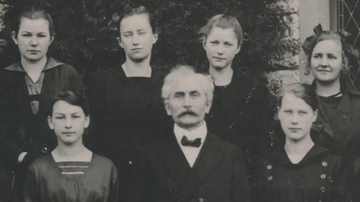 Pfarrer Ernst Altwegg mit Konfirmandinnen.