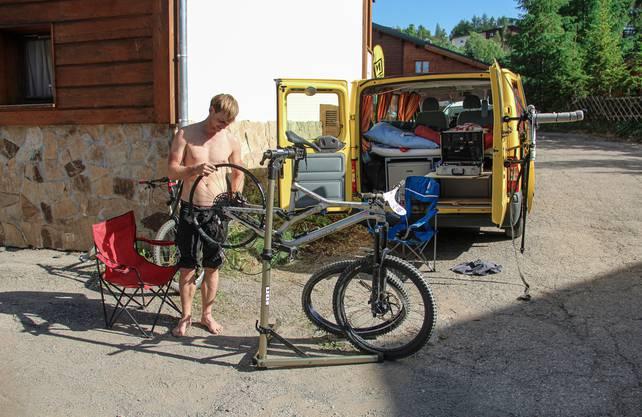 Jeden Abend flickt oder kontrolliert Petr Mondrik sein Bike.
