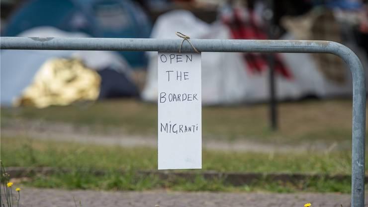 Flüchtlinge im Grenz-Camp in Como, Italien, fordern von der Schweiz: Öffnet die Grenzen!