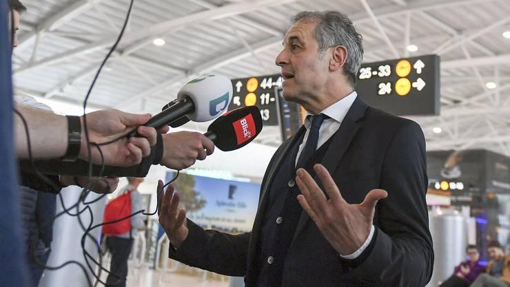 Marcel Koller stellt sich kurz vor dem Abflug in Larnaca den Fragen.