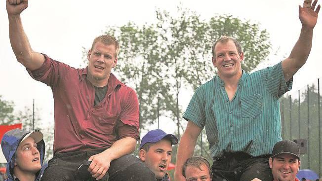 Gemeinsame Sieger: Christoph Bieri (l.) und Bruno Gisler lassen sich in Meltingen feiern.