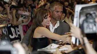 Angelina Jolie umgeben von Fans in Seoul