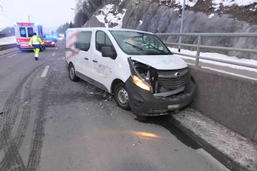 Der Fahrer des Lieferwagens wurde mit unbestimmten Verletzungen ins Spital gebracht. (Bild: Kapo SG)