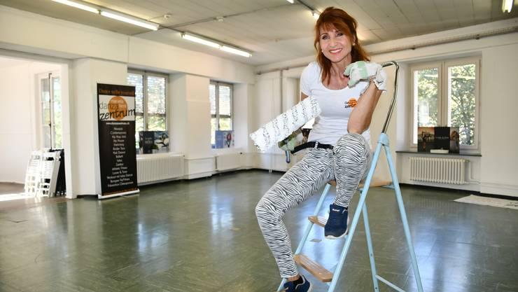 Mariella Farré packt in ihrem neuen Studio selber an und streicht die Wände. Einen neuen Boden lässt sie noch verlegen.