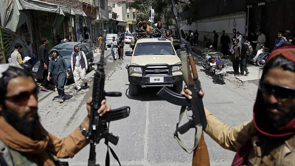 Taliban-Kämpfer patrouillieren in Afghanistans Hauptstadt Kabul. Foto: Rahmat Gul/AP/dpa