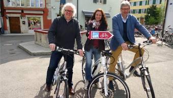 Seetaltourismus-Präsident René Bossard, Projektleiterin Diana Fry und Stadtammann Daniel Mosimann bei der offiziellen Eröffnung der «Herzschlaufe Seetal» auf dem Lenzburger Metzgplatz.