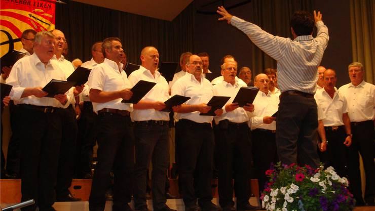 Premiere der Männerchorgemeinschaft Eiken/Obermumpf/Schupfart mit ihrem musikalischen Leiter Ingo Anders. MLW
