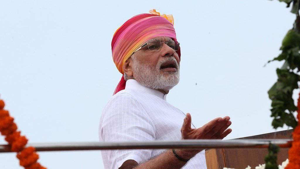 Erst wurde der indische Premierminister Narendra Modi für seinen mit dem eigenen Namen bestickten Anzug belächelt - jetzt hat er es dank demselben ins Buch der Rekorde geschafft. (Archivbild)
