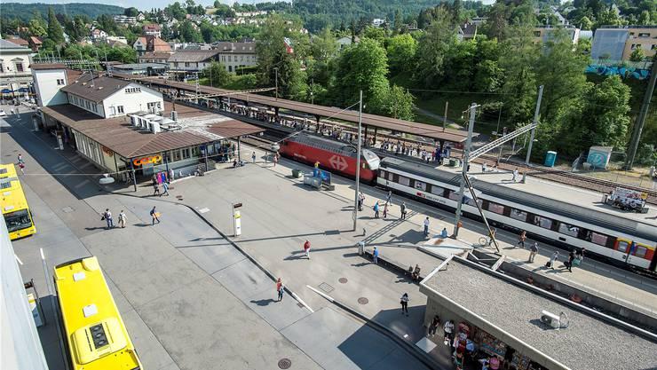 Liestal fürchtet, ab 2025 weniger Schnellzugshalte aufzuweisen. Bild vom Bahnhof Liestal. Zug steht beim B.
