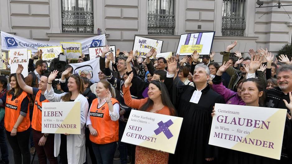 In Wien versammelten sich Anhänger von 30 Gemeinden und protestierten gegen die neue Regelung.