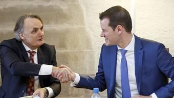 """Mario Gattiker, Staatssekretär des Staatssekretariats für Migration, verfolgt  das Projekt """"Papyrus"""" mit grossem Interesse, wie er am Dienstag dem Genfer FDP-Regierungsrat Pierre Maudet (rechts) versicherte."""