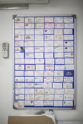 Delegationen aus allen Kontinenten haben die Knecht Mühle schon besucht. Eine Auswahl an Visitenkarten hängt an der Wand im Kommandoraum.