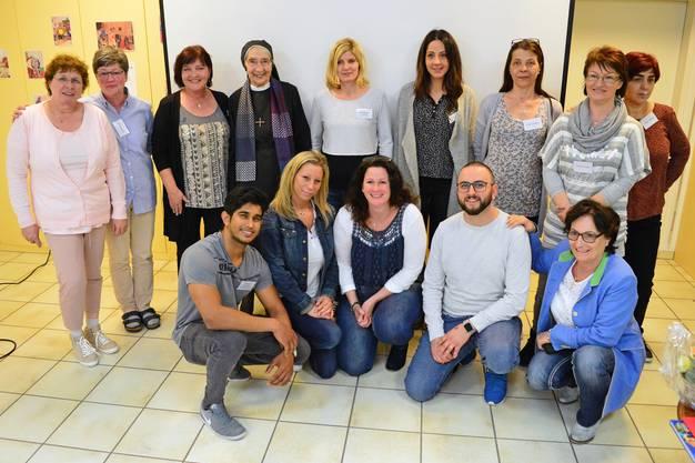 Die Absolventen des Lehrgangs Pflegehelfer/in SRK mit Kurs-leiterin Hotz und Wegbereiterin Juchli.