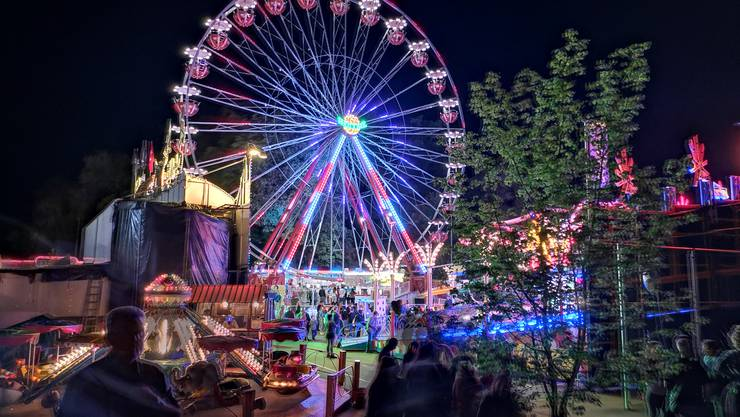 Der Lunapark bei Nacht am Stadtfest.